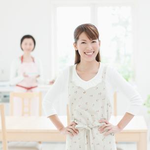腰に手を当てて笑う女性の写真素材 [FYI01895470]