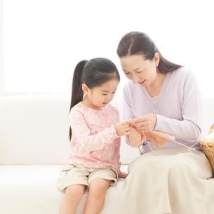 編み物をする祖母と孫の写真素材 [FYI01895575]