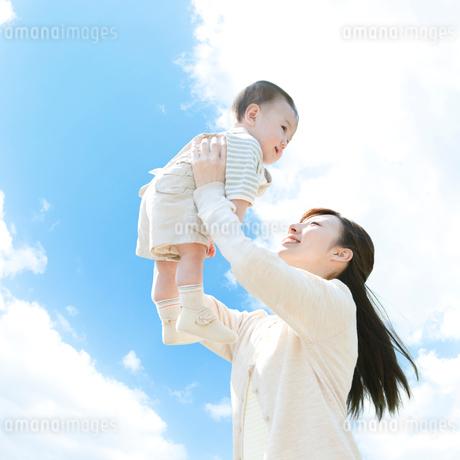 赤ちゃんを抱き上げる母親の写真素材 [FYI01895594]