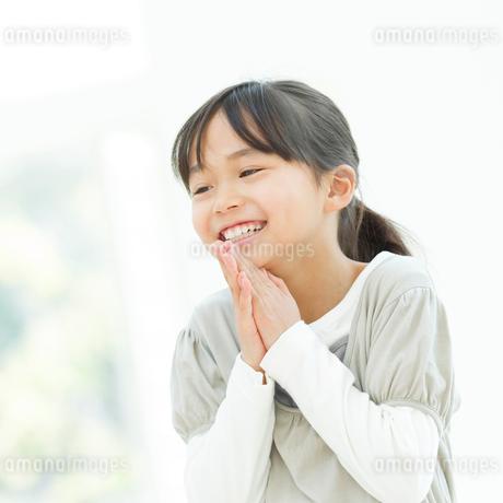手を合わせて笑う女の子の写真素材 [FYI01896156]