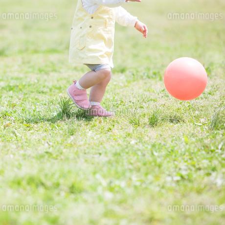 ボールを追いかける子供の足元の写真素材 [FYI01896259]