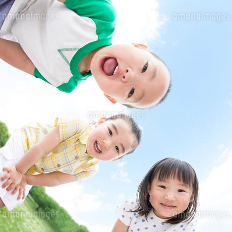 下を覗き込む子供達の写真素材 [FYI01896365]