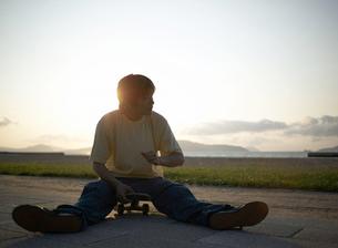 スケートボードに乗る男性の写真素材 [FYI01896505]