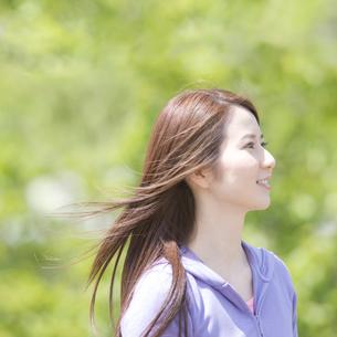 髪をなびかせる女性の写真素材 [FYI01896626]