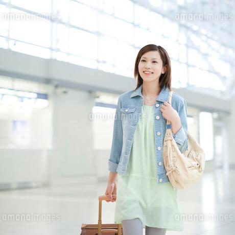 キャリーバッグを引く女性の写真素材 [FYI01897044]