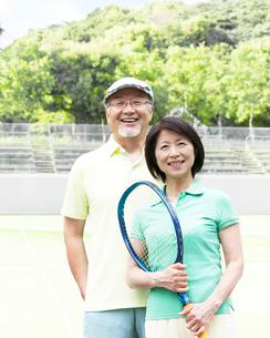テニスラケットを持つシニア夫婦の写真素材 [FYI01897233]