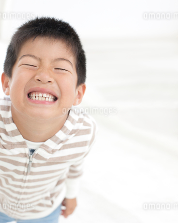 歯を食いしばる男の子の写真素材 [FYI01897483]