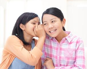 内緒話をする二人の女の子の写真素材 [FYI01897602]