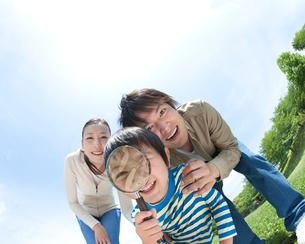虫眼鏡で覗き込む家族の写真素材 [FYI01897680]
