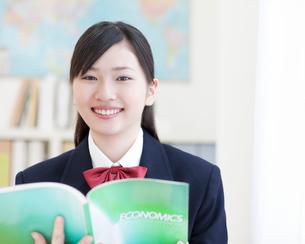 勉強をする女子高生の写真素材 [FYI01897833]