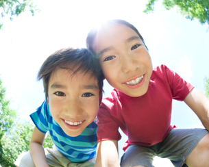 顔を寄せて覗き込む二人の男の子の写真素材 [FYI01897984]