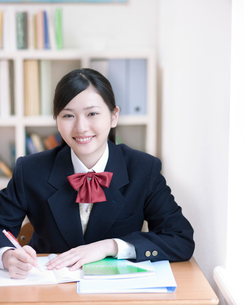 勉強をする女子高生の写真素材 [FYI01898074]