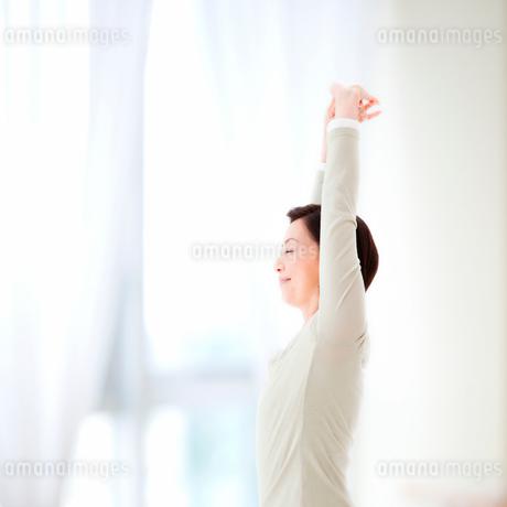 ストレッチをする女性の写真素材 [FYI01898405]