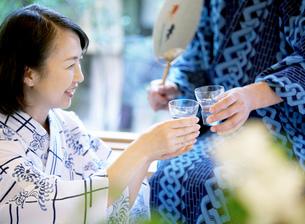 冷酒を飲むシニアの写真素材 [FYI01898421]