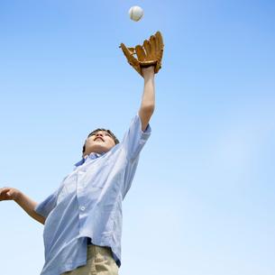 キャッチボールをする男の子の写真素材 [FYI01898444]