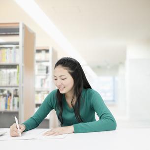 勉強する女子大生の写真素材 [FYI01898499]