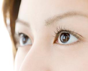 女性の目元のアップの写真素材 [FYI01898516]