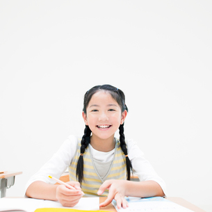 勉強する女の子の写真素材 [FYI01898520]