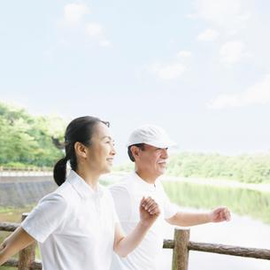 川沿いを歩く夫婦の写真素材 [FYI01898748]