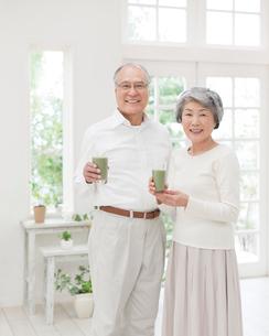 グラスを持つシニアの夫婦の写真素材 [FYI01898751]
