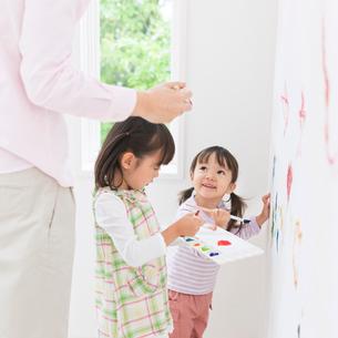 壁に落書きをする親子の写真素材 [FYI01898928]