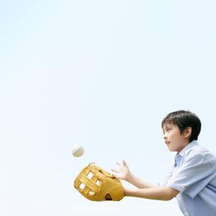 キャッチボールをする男の子の写真素材 [FYI01899067]