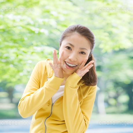 口元に手をあててささやく女性の写真素材 [FYI01899073]