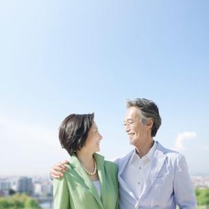 肩を抱いて見つめ合うシニア夫婦の写真素材 [FYI01899164]