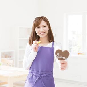 バレンタインチョコを作る女性の写真素材 [FYI01899364]