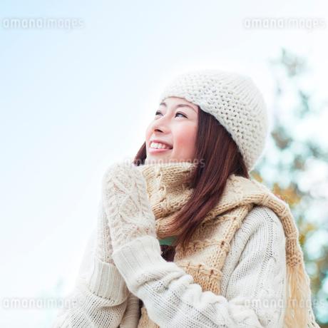 空を見上げる女性の写真素材 [FYI01899631]