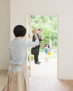 手を振って家族を見送る母親の写真素材 [FYI01899775]