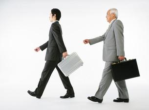 スーツ姿の若者男性とシニア男性の写真素材 [FYI01899790]