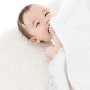 寝転ぶ赤ちゃんの写真素材 [FYI01899994]
