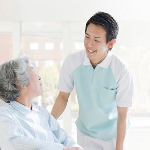 介護士と車椅子の女性の写真素材 [FYI01900276]