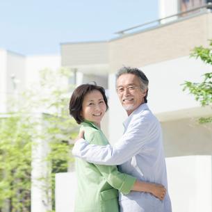笑顔で振り向くシニア夫婦の写真素材 [FYI01900293]