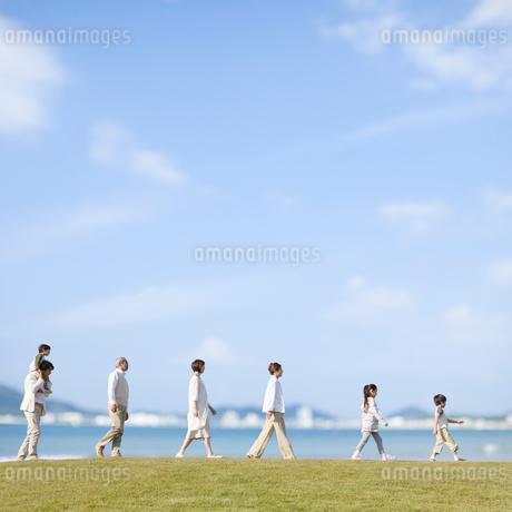 一列に並んで歩く三世代家族の写真素材 [FYI01900396]