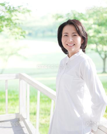 テラスで笑顔の女性の写真素材 [FYI01900418]