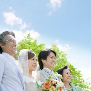 新郎新婦と両親の写真素材 [FYI01900427]