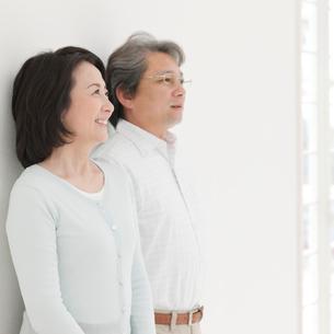 壁にもたれる夫婦の写真素材 [FYI01900438]