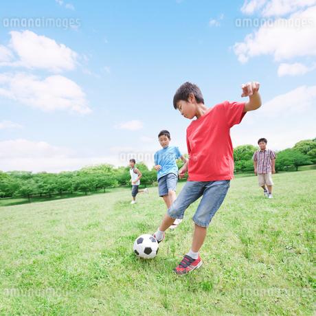 サッカーをする子供たちの写真素材 [FYI01900444]