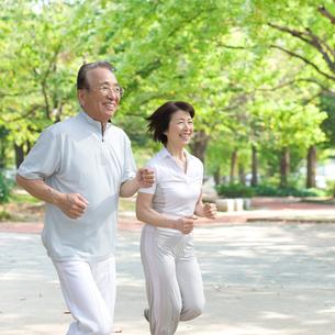 ジョギングするシニアカップルの写真素材 [FYI01900493]