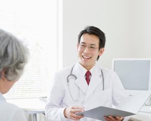 診察する医師と患者の写真素材 [FYI01900591]