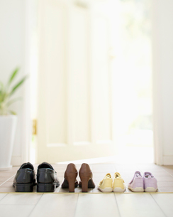 玄関に並んだ家族の靴の写真素材 [FYI01900612]