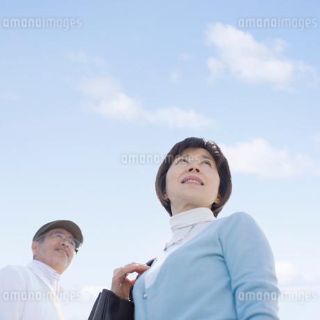 微笑んで振り返るシニア夫婦の写真素材 [FYI01900613]