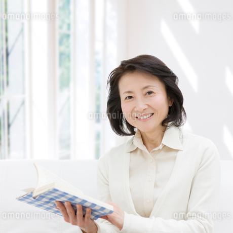 読書をするシニア女性の写真素材 [FYI01900708]