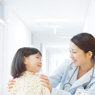 女性医師と女の子の写真素材 [FYI01900714]