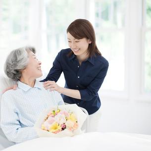 患者を見舞う女性の写真素材 [FYI01900785]