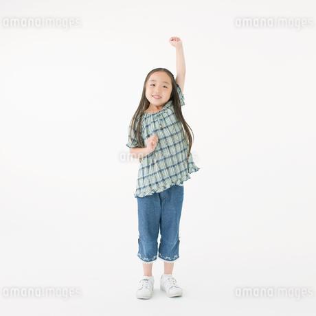 ガッツポーズをする日本人の女の子の写真素材 [FYI01900832]