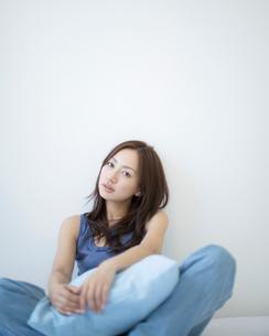 壁際に座る女性の写真素材 [FYI01900867]
