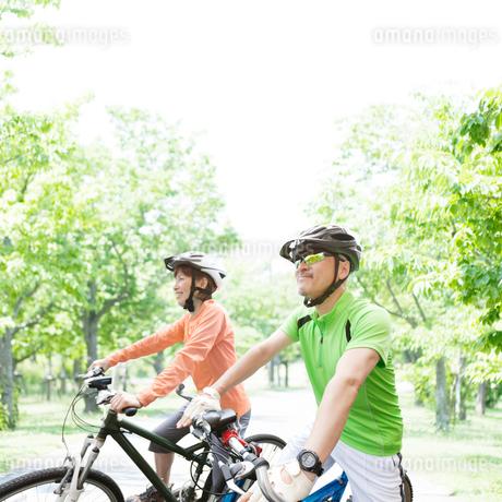 サイクリングをする中高年の日本人夫婦の写真素材 [FYI01900959]